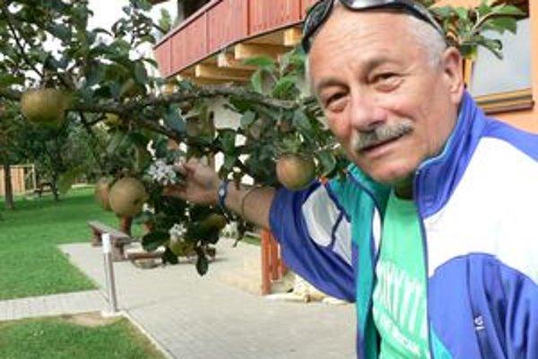 Nezvyčajný úkaz. V záhrade Pavla Kutlíka v jeseni zakvitla jabloň.