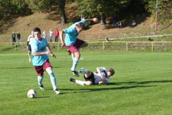 Hráči H. Poruby (v modrom) nestačili doma na vedúcu Starú Turú.