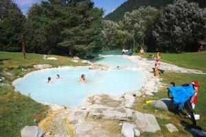 Ľudia sa v jazierku kúpali aj napriek zákazu.