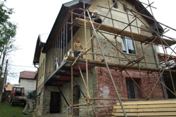 Robotníci sa pustili do prerábky starého obecného úradu.
