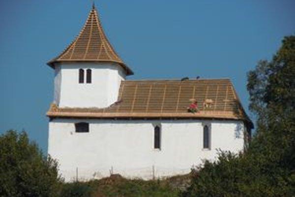 Vymenili zatekajúcu strechu. Do kostolíka v Hornej Lehote sa budú môcť vrátiť vzácne stropné maľby.