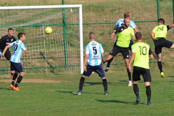 Jacovce po domácej výhre nad Krušovcami inkasovali u nováčika z Rumanovej až šesť gólov. Krušovce získali prvý bod v sezóne za remízu v Bábe.