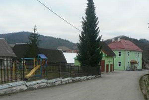 Školská ulica. Vyzerá inak, budovy na nej sú vynovené.