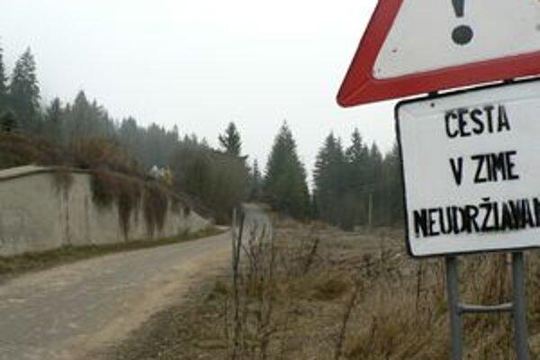Cesta na Srňacie. Je v zlom stave, petičníci tvrdia, že ohrozuje bezpečnosť ľudí.