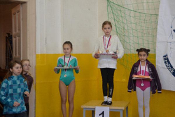 Prvé tri Zákamenčanky. Víťazka Klaudia Belicajová, druhá Kamila Rypákova (vľavo) a tretia Natália Polťáková.