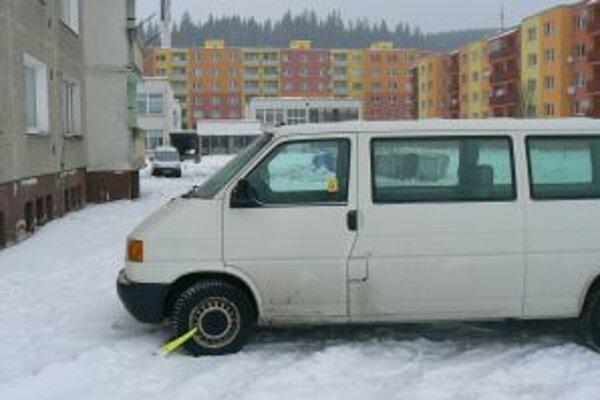 Za parkovanie na trávniku zaplatil Ján desať eur.