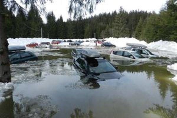 Na lyžovačku v Oravskej Lesnej určite nebudú v dobrom spomínať majitelia áut, ktoré voda zaliala na parkovisku pri lyžiarskom stredisku.