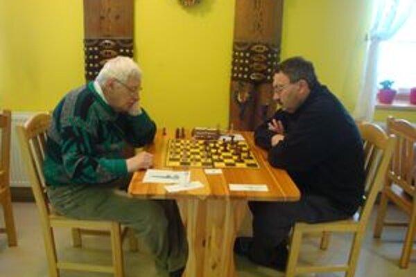 Oravský šachista Štefan Kružliak (vľavo) v priamom súboji s víťazom medzinárodného šachového turnaja ukrajinským majstrom Malaňukom.