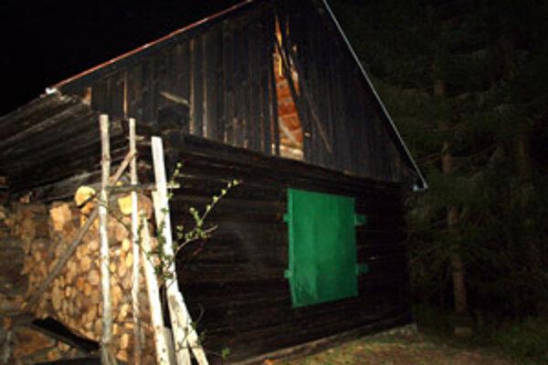 Poľovnícka chata, pri ktorej ležalo telo muža, je opäť poškodená.