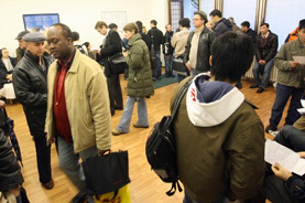 Cudzinci sa hlásia na cudzineckej polícii, od ktorej dostávajú aj povolenie na trvalý pobyt.