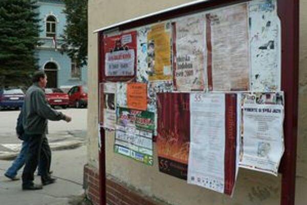 Nájomcovia miest na verejných plagátovacích plochách v meste tvrdia, že tabule sú zanedbané a stoja na zlých miestach.