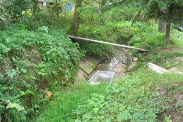 Na pohľad neškodný potok. Keď sa však spustí prudký dážď, jeho hladina rýchlo stúpa a hrozí, že voda zaplaví okolité domy so záhradami.