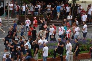 Fanúšikovia Belehradu pred odvetným zápasom.