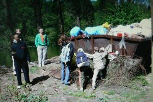 Žiaci zo ZŠ Komenského sa učia cítiť s prírodou.