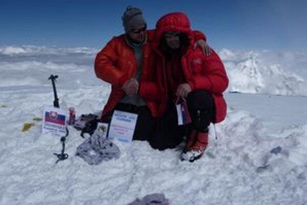Dostať sa na vrchol osemtisícovky nebolo jednoduché. Radosť Slovákov však bola hore o to väčšia. Na foto Milan Džugan (vľavo) s Antonom Dobešom.