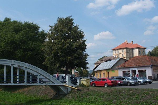 Horný kaštieľ (vpravo hore)vyčnieva nad mestom.