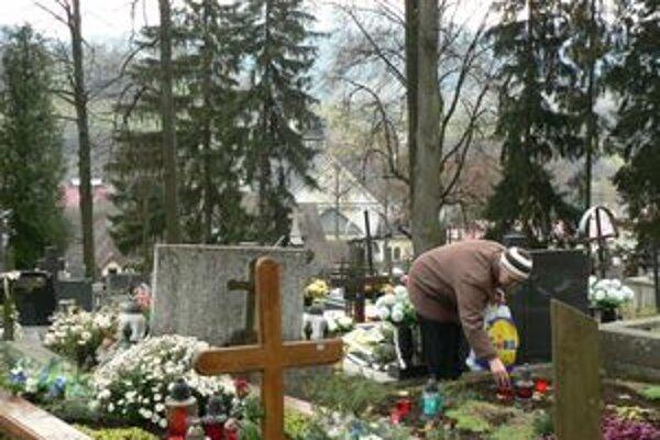 Už viac ako týždeň zázrivský cintorín v noci osvetľuje desať svietidiel.