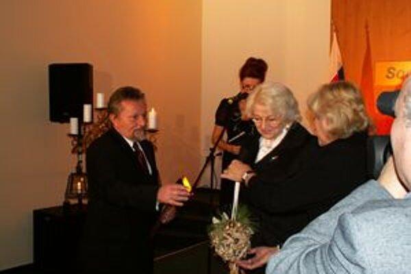 Ivan Budiak pri preberaní ocenenia za sociálny čin roka od ministerky Viery Tomanovej.