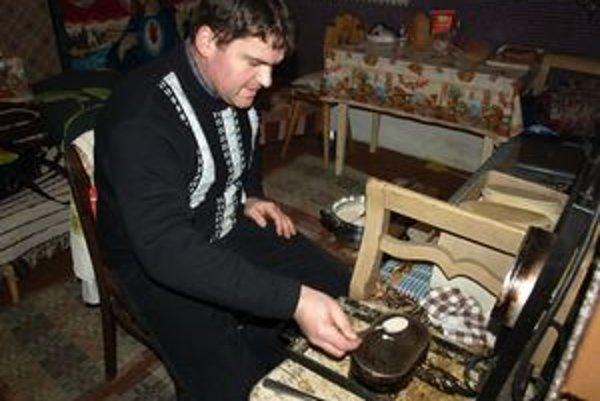 Paľo Martáň si každý rok sadá k železám koncom novembra. Do Štedrého dňa má plné ruky práce.