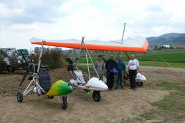 Zľava piloti Roman Kaleta a Mikuláš Košťál, konštruktér Ján Fedor a Walter Topfer, letecký technik pre motorové rogalá a inštruktor lietania.