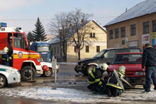 Feliciu po náraze odhodilo na ostrovček, kde auto narazilo do dopravnej značky.