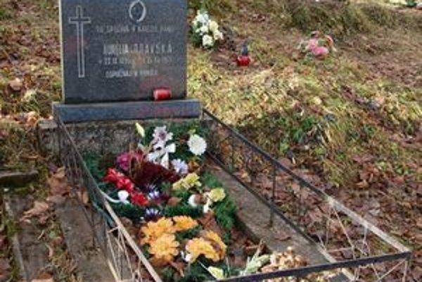 Sviečky na hrobe Aurélie Oravskej – Fazekášovej aj po desaťročiach horia jasným plameňom a zdobí ho množstvo kvetov.