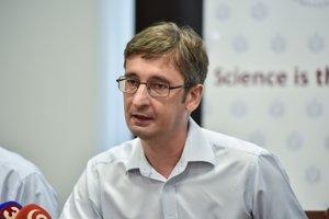 Na snímke chemik Slovenskej akadémie vied (SAV) a držiteľ ERC grantu Ján Tkáč počas tlačovej konferencie v Bratislave 16. augusta 2018.