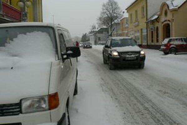 Na celej Orave od rána intenzívne sneží.