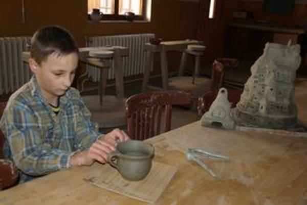 Po vytočení výrobku na hrnčiarskom kruhu príde na rad modelovanie. Naposledy deti robili tváre na hrnčeky.
