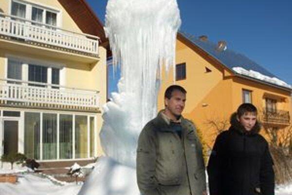 Záhradu Mariána Revaja už viac ako tri týždne zdobí krásny ľadopád.