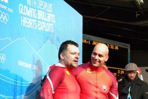 Slovenská dvojica Milan Jagnešák (vľavo)a Petr Nárovec v cieli pretekov.