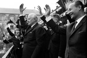 L. Svoboda (vľavo), A. Dubček (vpravo), J. Smrkovský, O. Černík a ďalší zdravia Bratislavčanov z balkóna budovy Predsedníctva Slovenskej národnej rady.