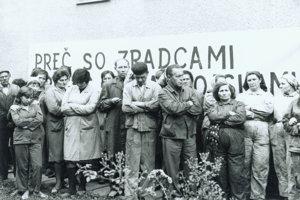 Preč so zradcami! Celozávodná schôdza pracovníkov Mostárne Brezno.