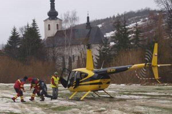 Diváci i členovia ORS si mohli užiť prelet helikoptérou ponad Oravu.