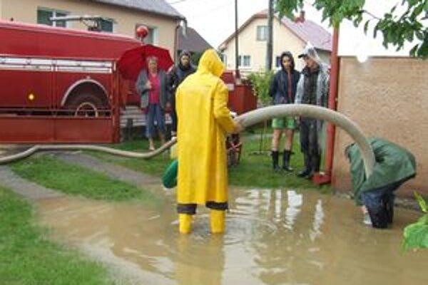 Pri minuloročných povodniach museli zasahovať aj hasiči.