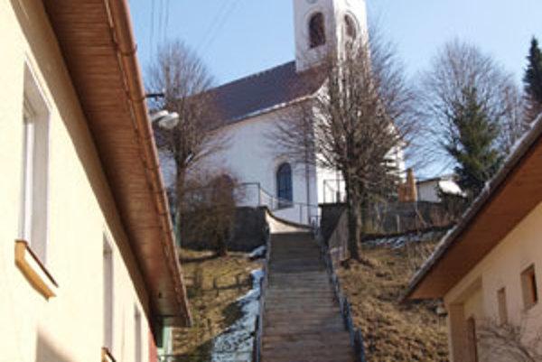 Schody do kostola Jaseničania čoskoro zastrešia, čo ocenia najmä vtedy, keď bude pršať alebo snežiť.