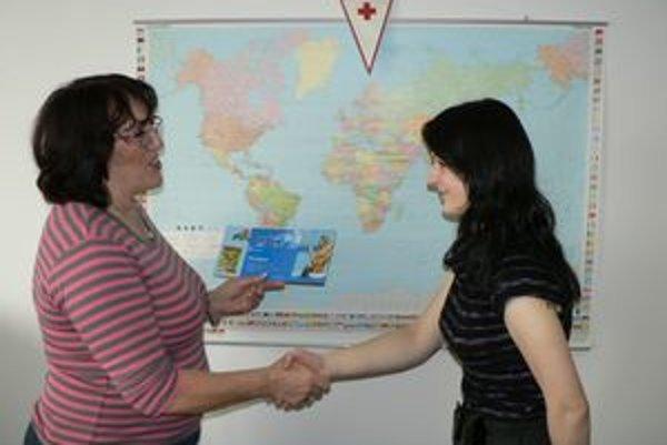 Darovať krv sa mladej Rabčianke Kataríne Pindiakovej (vpravo) oplatilo aj preto, že vyhrala dovolenku v Grécku. Symbolický šek si prevzala dnes v Dolnom Kubíne od riaditeľky územného spolku SČK Ľubice Dubnicayovej.
