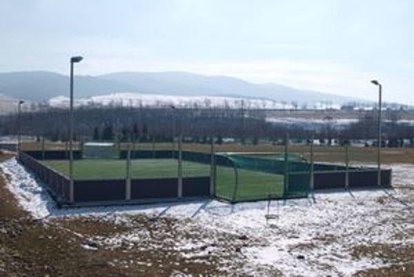 Aby mohli Jaseničania nové ihrisko naplno využívať, musia ešte dokončiť jeho povrchovú úpravu a mantinely.