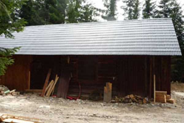Nelegálna prestavba. Na jeseň už bola poľovnícka chatka rozšírená na viac ako dvojnásobok pôvodnej plochy a mala novú strechu. Prestavba vôbec nepripomínala prístrešok na uskladnenie krmiva. Pribudol v nej aj vodovod a veľké parkovisko okolo.