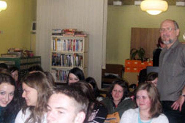 Gustáv Murín medzi námestovskými študentmi.