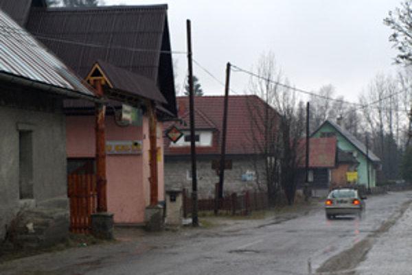 V miestnom bare postrelil útočník dvoch ľudí.