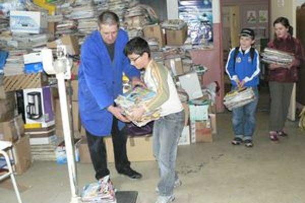 Žiakom Kukučínky sa podarilo vyzbierať za päť dní desať ton papiera, ktorý skončí v žilinských papierňach.