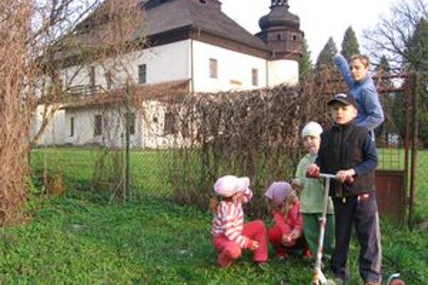 Lenka Sobčáková chce dať s ostatnými Mokradčanmi park kaštieľa do poriadku, aby sa v ňom deti mohli hrávať.