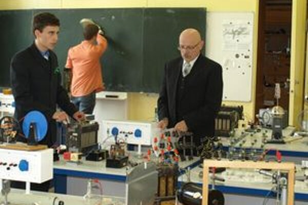 Z fyziky sa rozhodne dobrovoľne maturovať len málo študentov, na trstenskom gymnáziu si však na ňu trúfa takmer polovica všetkých maturantov.