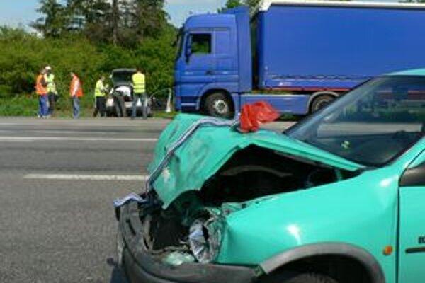 Osobné auto si to po zrážke s kamiónom odnieslo najviac. Posádky vyviazli bez zranení.