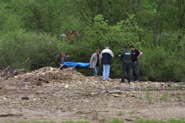 Nehybné telo muža odviezla pohrebná služba zbrehu potoka krátko po tretej popoludní.