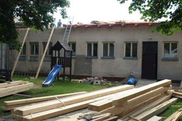 Školská kuchyňa nutne potrebovala výmenu strechy. Ušetriť na energiách sa podarí aj vďaka novým oknám.