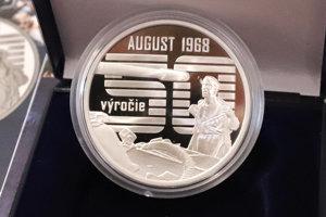 Na minci autor návrhu cituje slávnu fotografiu Ladislava Bielika