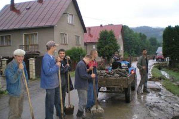 Povodne. Oporou obce pri rôznych udalostiach sú dobrovoľníci, ktorí majú v Ťapešove početnú členskú základňu.
