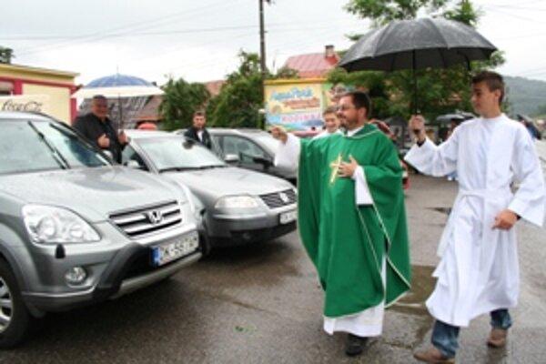 V Sedliackej Dubovej a Hornej Lehote, ktoré patria pod jednu farnosť, dnes duchovný požehnal dopravné prostriedky.